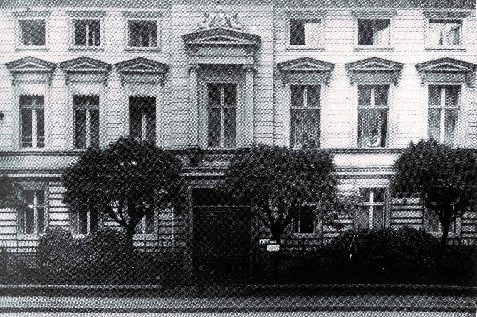 Kamienica przy Michaelisstrase 38 podkoniec lat 20. XX wieku. Woknach rodzina Bibersteinów, odprawej: Erna (siostra Edyty), następnie Dorothea (teściowa Erny), Suzanne iErnst Ludwig (dzieci Erny).