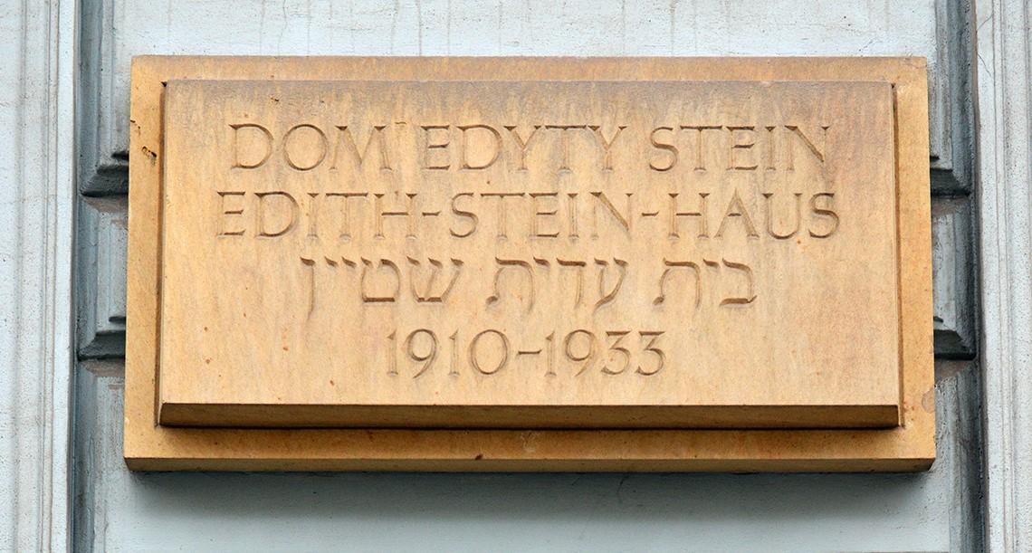 Tablica pamiątkowa poświęcona Edycie Stein naelewacji frontowej Domu Edyty Stein.